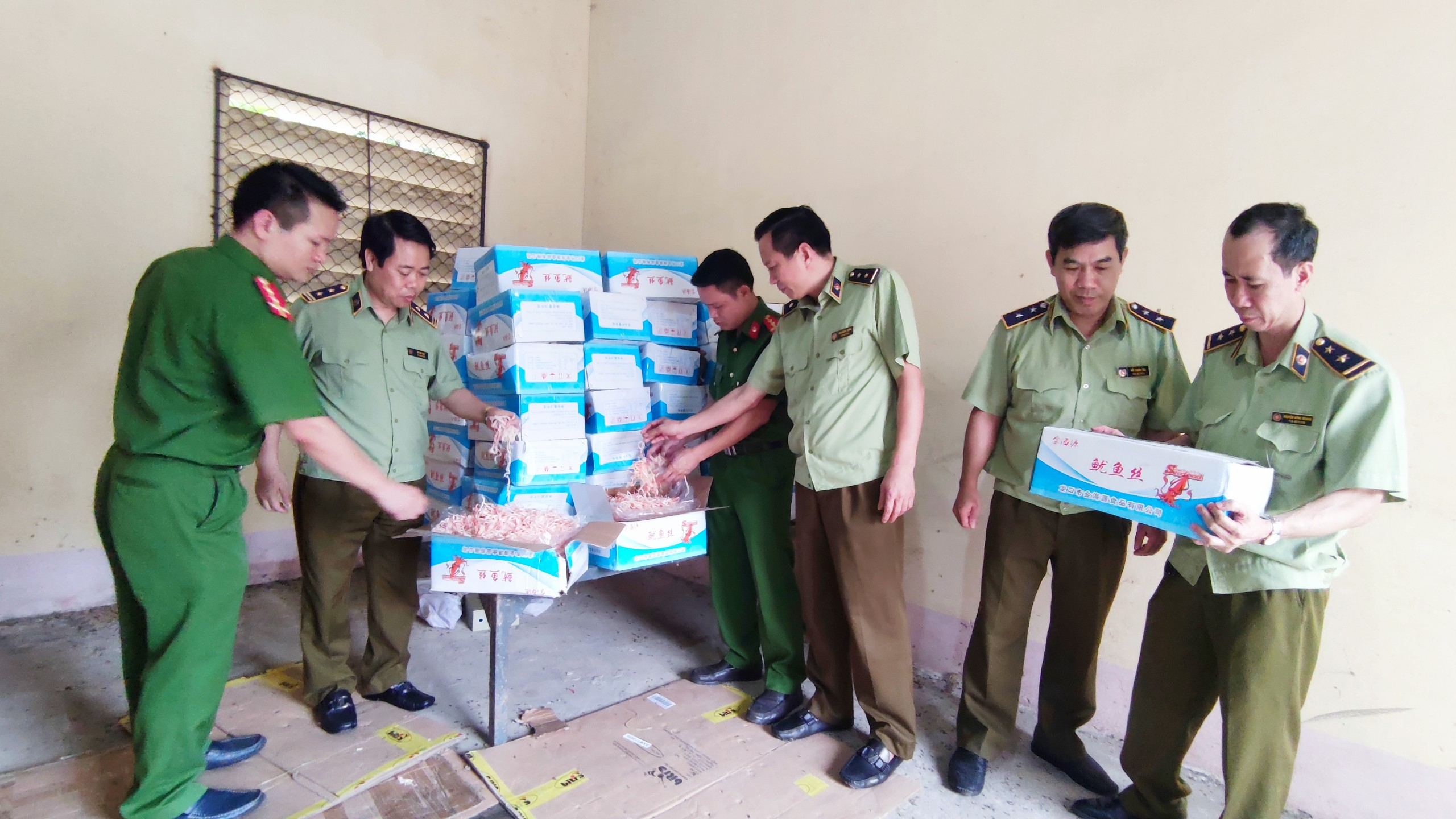 Lào Cai: Phát hiện 350 kg mực khô ăn liền nhập lậu