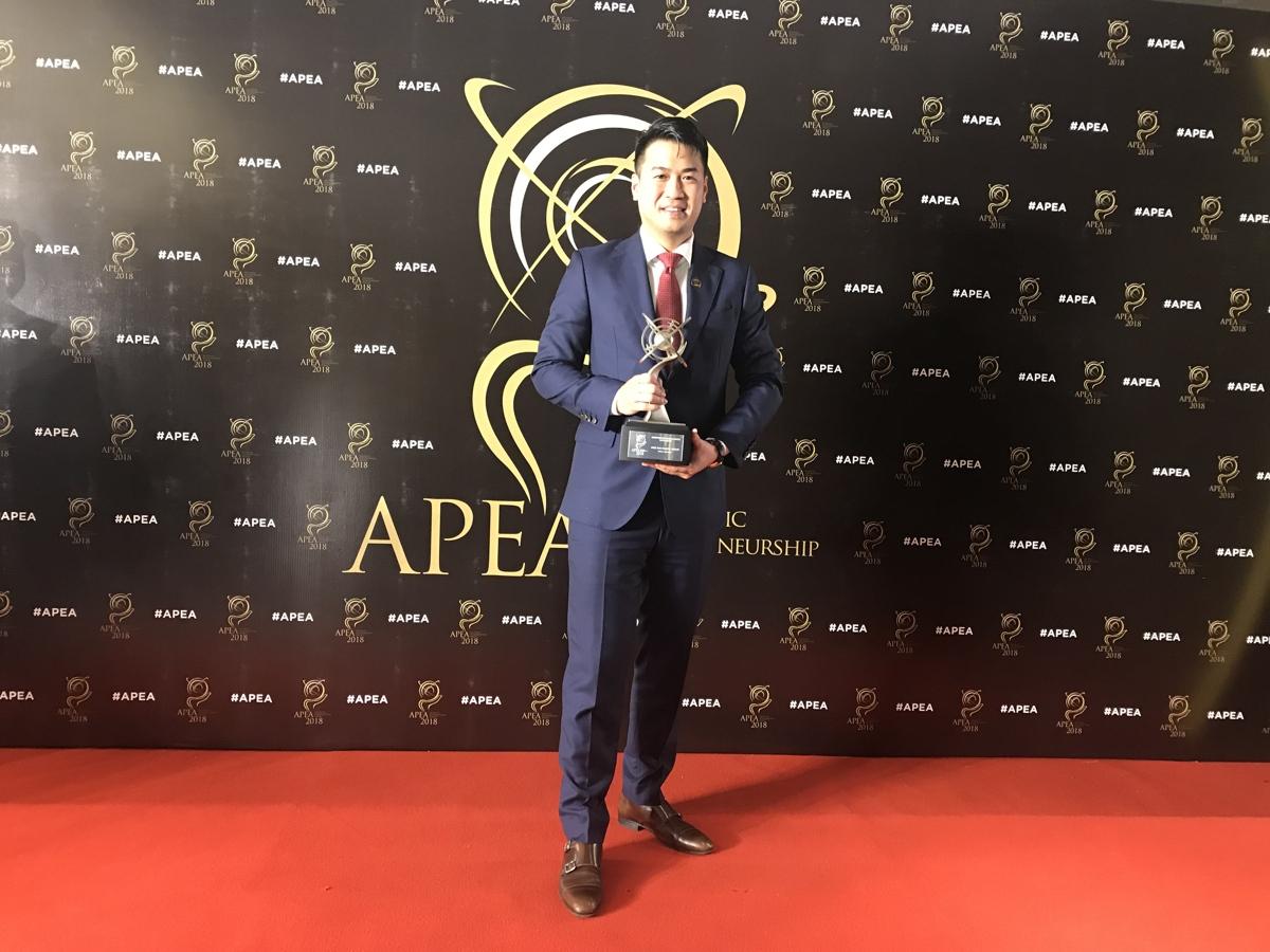 Phillip Nguyễn rạng rỡ khi nhận vinh danh tập đoàn IPP từ Enterprise Asia