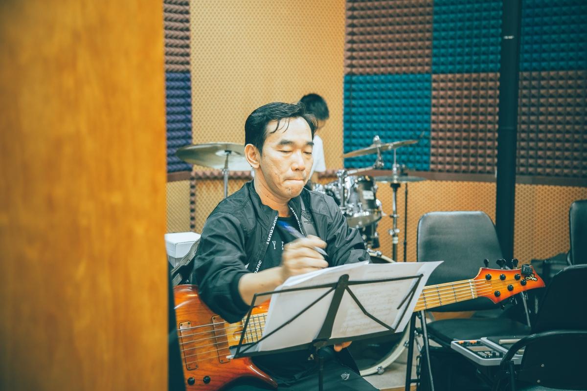"""Nhạc sĩ Dương Thụ tận tâm tập luyện cùng dàn nghệ sĩ cho Live Concert """"Đánh Thức Tầm Xuân"""""""