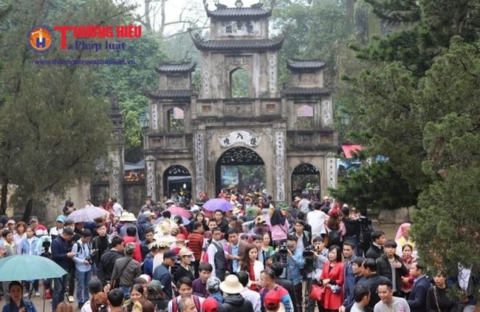 Chùa Hương – Ngôi chùa có pho tượng Bồ tát Quan thế Âm tọa sơn bằng đá xưa nhất Việt Nam.