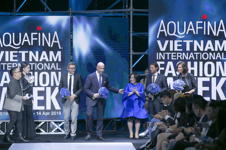 Bùng nổ cảm xúc tại đêm khai mạc Aquafina VietNam International Fashion Week 2019 3