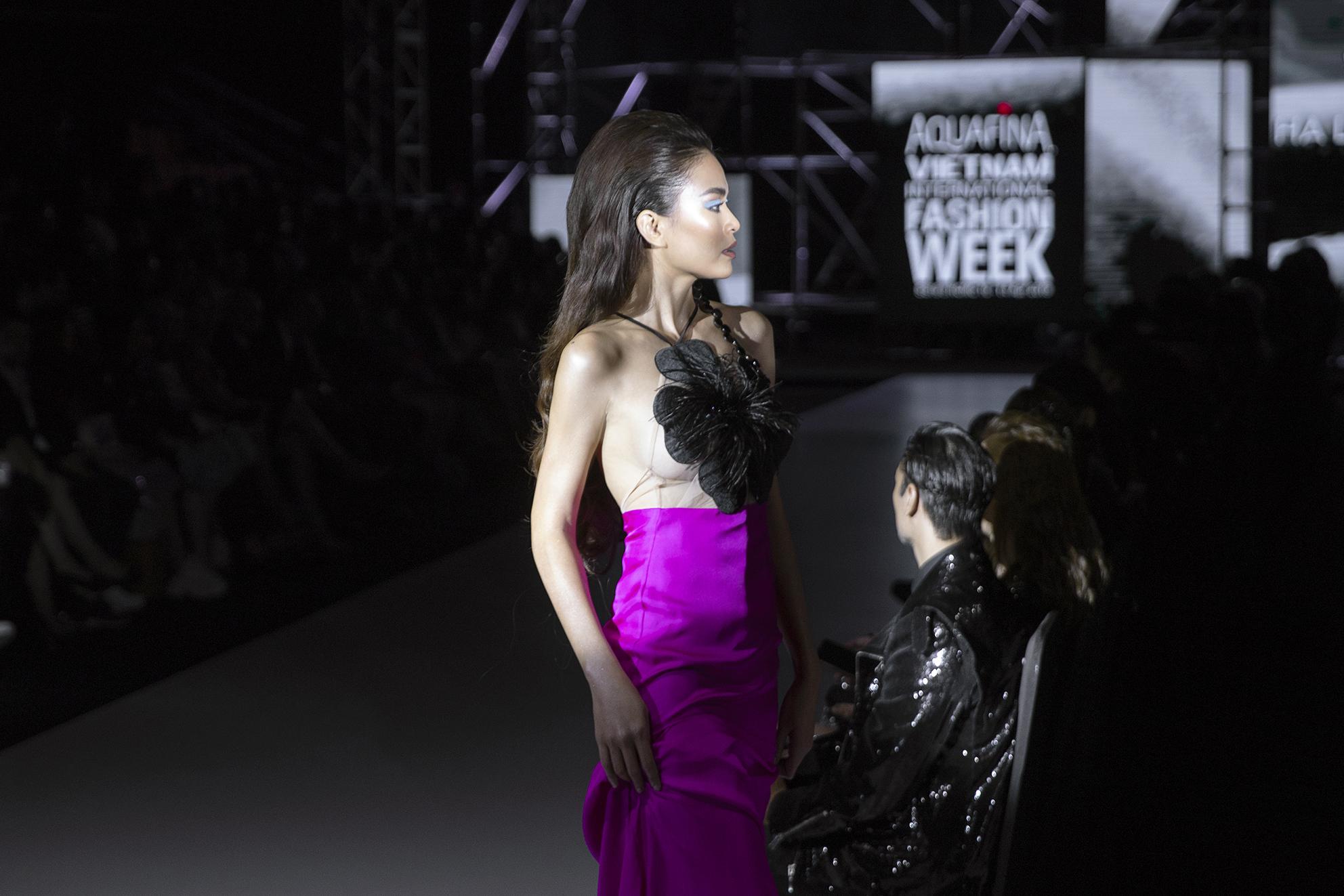 Á hậu Mâu Thuỷ không mặc nội y khi làm vedette cho NTK Hà Linh Thư 3