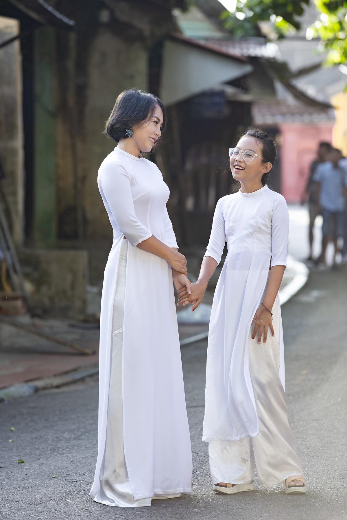 Hai mẹ con Thái Thùy Linh mở ra khung cảnh xinh đẹp và yên bình trong MV mới