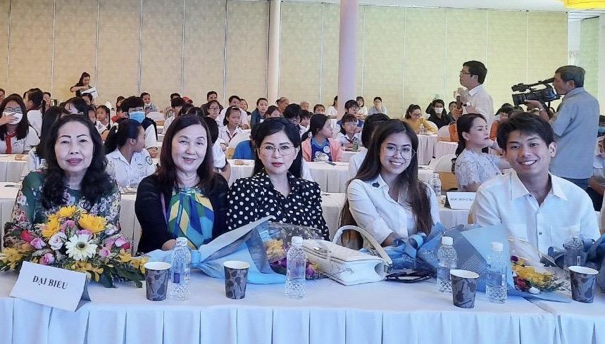 Tiên Nguyễn và Hiếu Nguyễn trao học bổng cho trẻ em nghèo