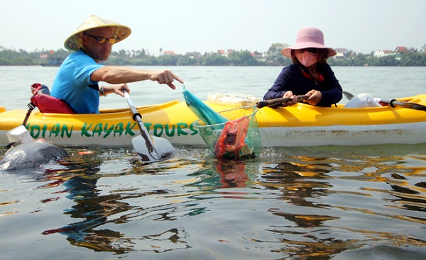 """Ông Paul Lasenby (quốc tịch Anh) cho biết, đã đi du lịch nhiều nơi trên thế giới, nhưng đến Việt Nam thấy thực trạng người dân vứt rác xuống sông rất nhiều. """"Qua hoạt động này, tôi cảm thấy thực sự thấy tuyệt vời. Tôi hy vọng người dân địa phương không vứt rác xuống sông để bảo vệ môi trường và các loại hải sản""""."""