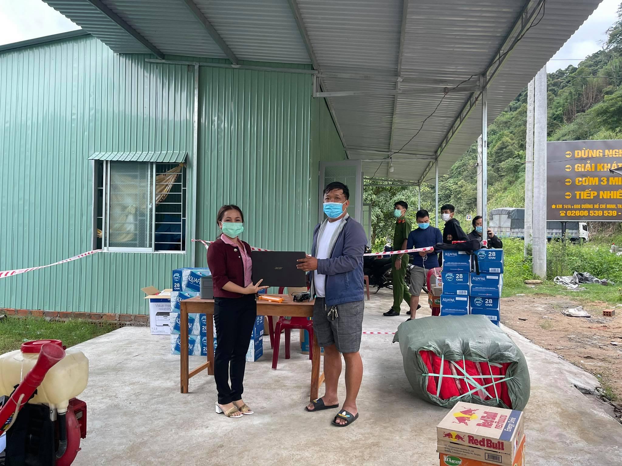 Công ty CP Sâm Ngọc Linh trao quà tặng cho các chiến sĩ tuyến đầu chống dịch.