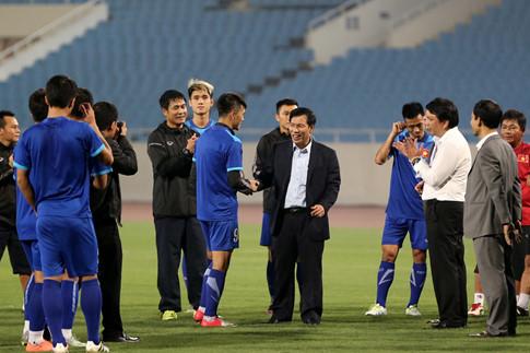 Bộ trưởng Nguyễn Ngọc Thiện bất ngờ thăm, động viên đội tuyển Việt Nam