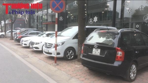 Láng Hạ - Đống Đa: Vỉa hè bị 'bức tử' bởi các showroom ô tô