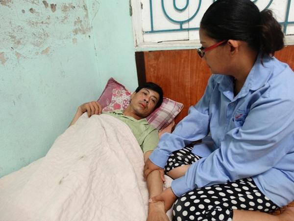 Người vợ trẻ ôm 3 con thơ, bất lực nhìn chồng chống chọi bệnh tật
