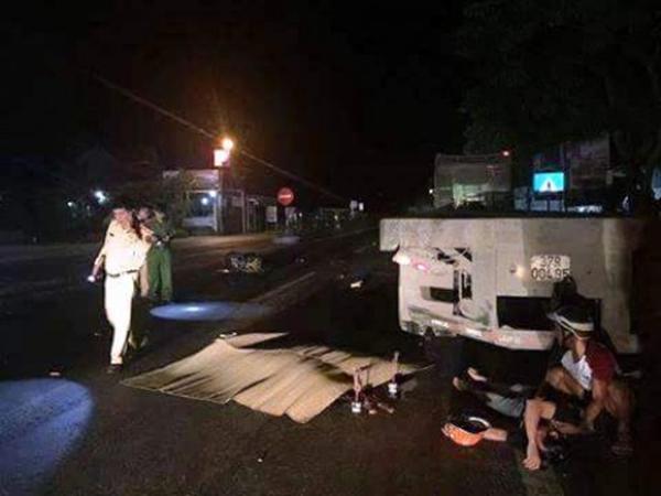 Nghệ An: Xe máy chở ba đâm xe đầu kéo, 2 người tử vong