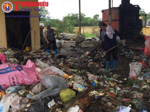 Nhọc nhằn nghề xử lý rác thải ở nông thôn