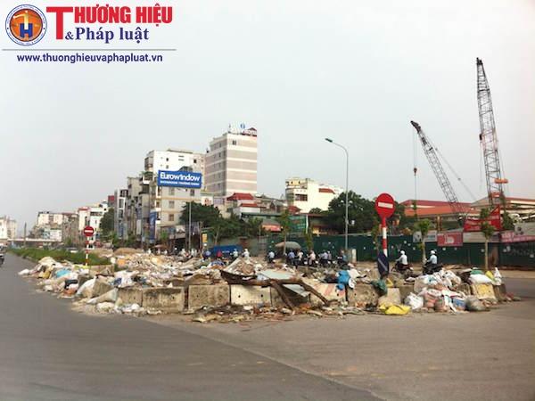 Hà Nội: Bãi rác tự phát gây ô nhiễm ngay giữa đường Trường Chinh