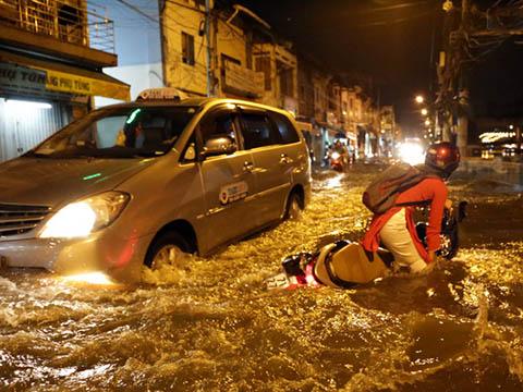Dân Sài Gòn bì bõm lội nước về nhà mùa bão lụt
