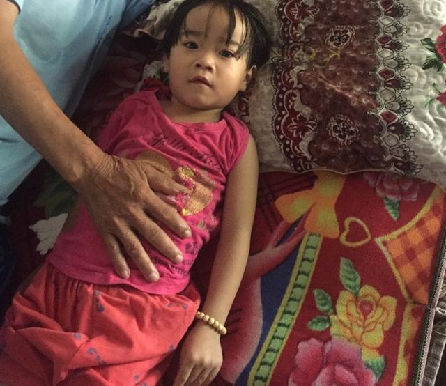 Bố mẹ nghèo ngậm ngùi đưa bé 4 tuổi về nhà khi đang cần mổ tim gấp