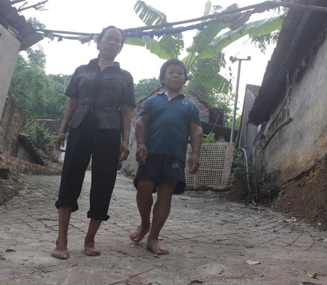Cặp vợ chồng khuyết tật nghèo khó rất cần hỗ trợ để đi chữa bệnh