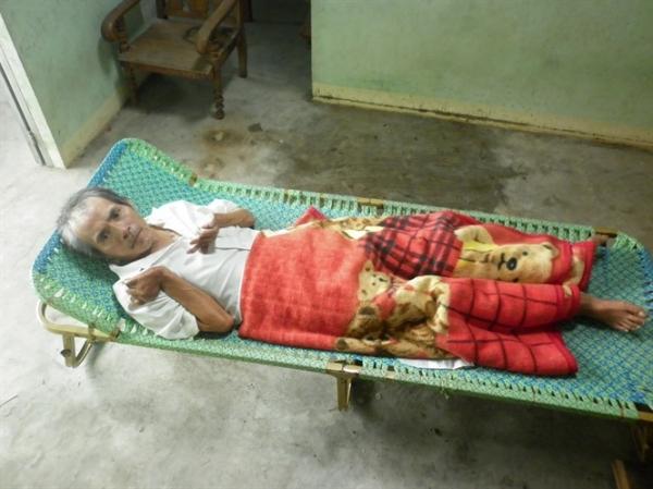 Người đàn ông bại liệt sống nhờ mẹ già 79 tuổi