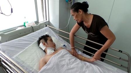Người mẹ mù lâm vào nguy nan vì giữ sinh mạng cho con