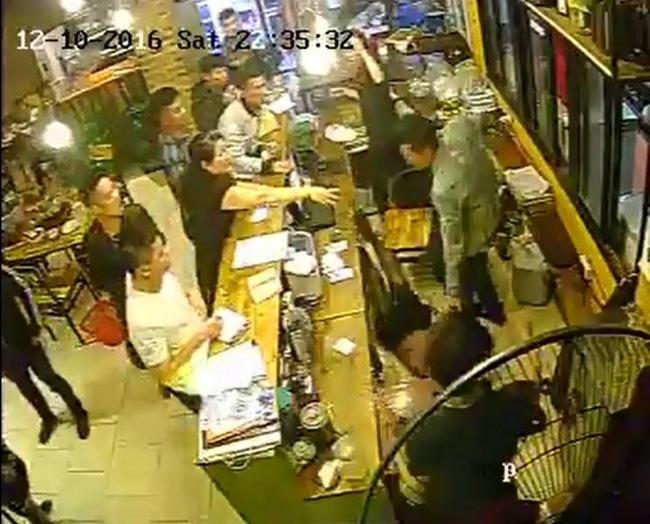 Hà Nội: Điều tra nhóm đối tượng 'ăn quỵt' và hành hung nữ nhân viên thu ngân