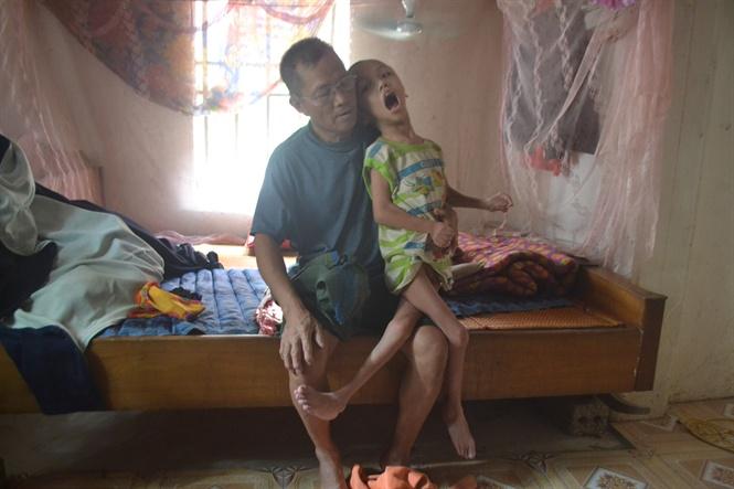Ông bà nghèo nuôi cháu bại não cần những tấm lòng hảo tâm trợ giúp