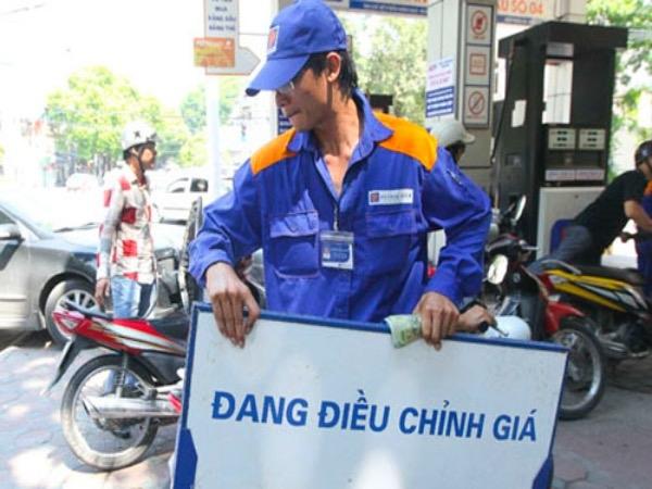 Giá xăng giữ nguyên, giá dầu đồng loạt tăng