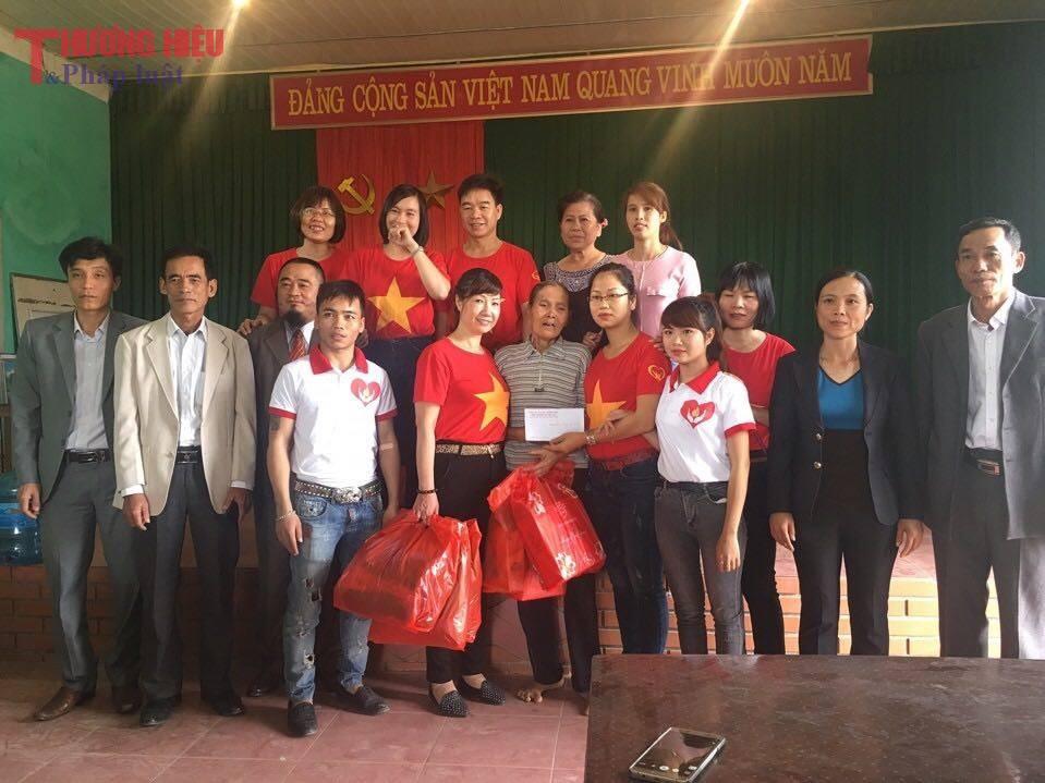 Hội Thiện nguyện Đồng Tâm trao quà cho bà Giáp Thị Bi tại Bắc Giang
