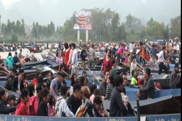 Biển người chen lấn trước ngày khai hội chùa Hương