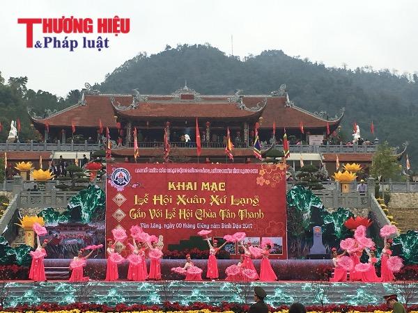 Hàng vạn du khách nô nức trẩy hội chùa Tân Thanh