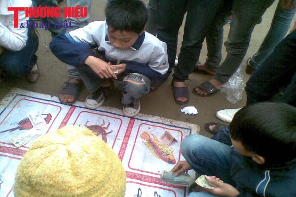 Mùa lễ hội, trẻ em cũng bị mồi chài vào 'sới bạc'