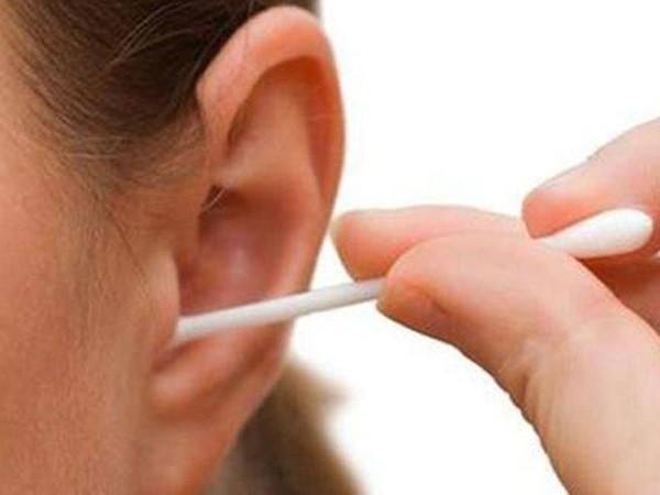 Vì sao thói quen dùng tăm bông vệ sinh tai rất...tai hại?