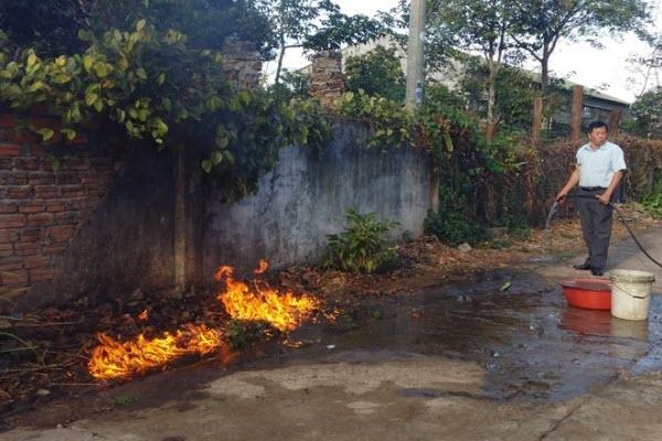 Dân hoang mang khi nước giếng sinh hoạt bốc cháy ngùn ngụt
