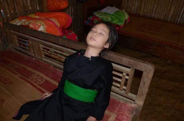 Bé gái 5 tuổi chịu đựng cơn đau mỗi ngày vì ung thư máu mà hết tiền chữa trị