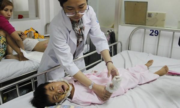 Xót xa bé trai 5 tuổi bị điện giật hoại tử 2 bàn tay