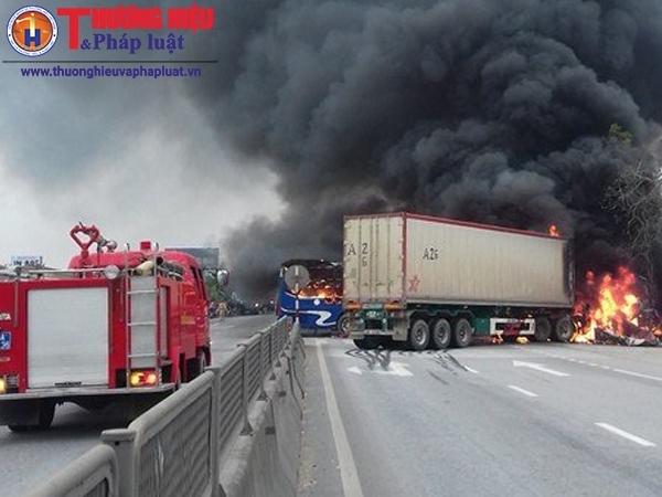 Thanh Hóa: Cháy xe khách và xe Container sau cú tông mạnh