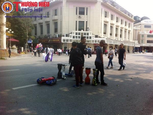 Dịch vụ cho thuê xe điện ở phố đi bộ Hà Nội: Lệnh cấm, có cũng...như không