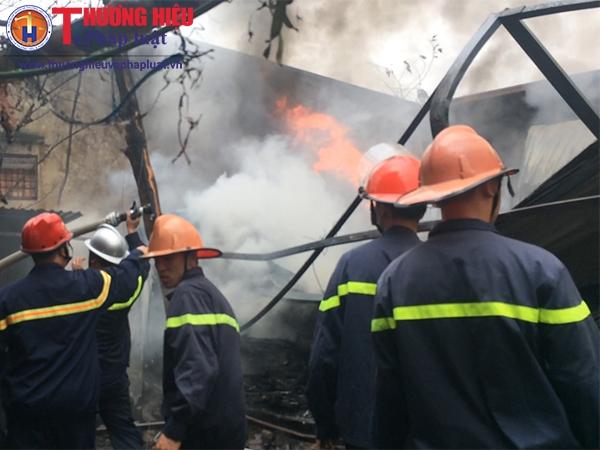 Cháy lớn tại số 76 Trần Kim Xuyến - KĐT Yên Hòa