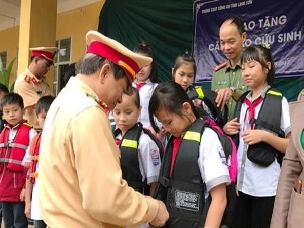 Lạng Sơn: Trao tặng cặp sách, áo phao cho học sinh trước mùa mưa lũ