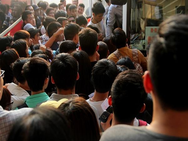 Hành khách chen lấn hàng giờ vẫn không mua được vé xe về nghỉ lễ