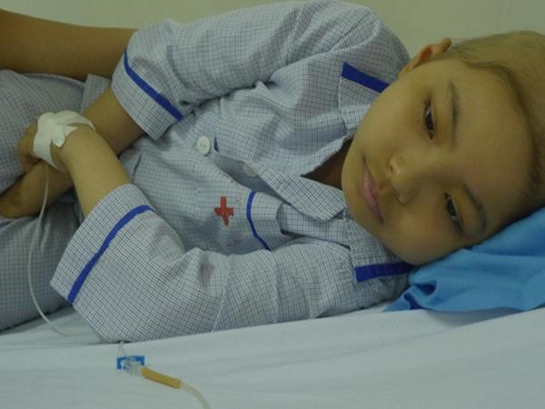 Gia đình khánh kiệt, bé 9 tuổi mắc ung thư khốn khó chống chọi bệnh tật