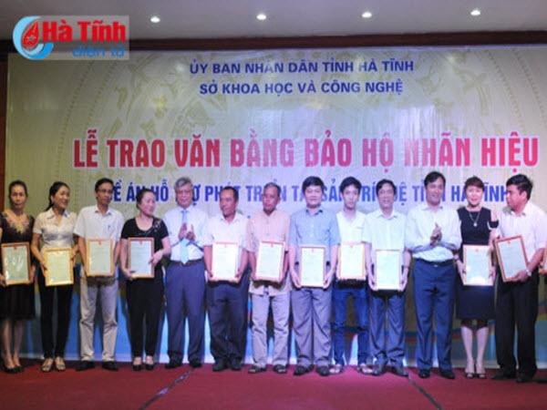 Hà Tĩnh trao 18 văn bằng bảo hộ nhãn hiệu sản phẩm