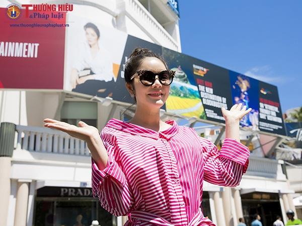 Người đẹp Lý Nhã Kỳ bên pano quảng bá du lịch TP.HCM và điện ảnh Việt Nam tại Cannes