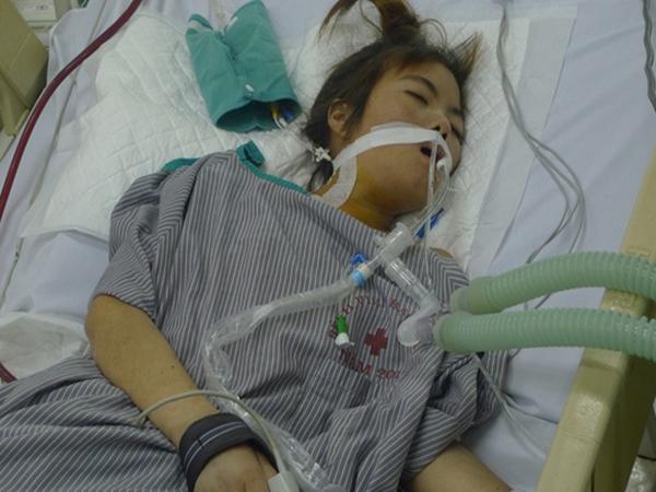 Không vay được tiền, người mẹ đau đớn xin mang con gái bị suy thận về nhà để chờ chết
