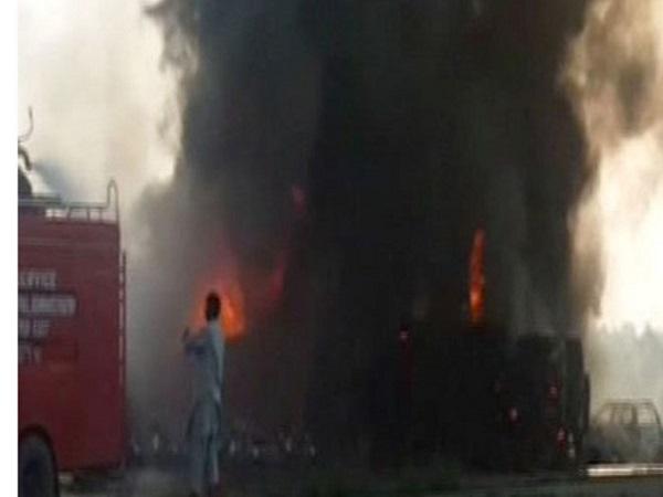 Pakistan: Xe chở dầu bốc cháy khiến ít nhất 123 người thiệt mạng