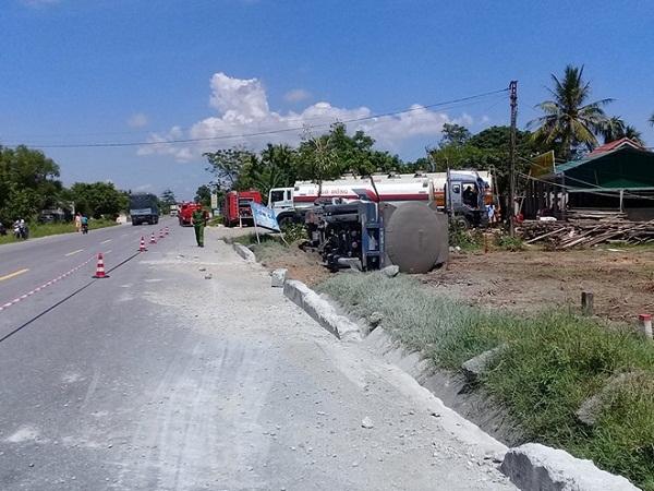 Thừa Thiên - Huế: Xe bồn chở hơn 46.000 lít dung môi xăng lật sát nhà dân