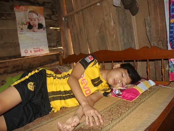 Cậu bé xin ở nhà chờ chết vì thương bố mẹ quá nghèo khổ